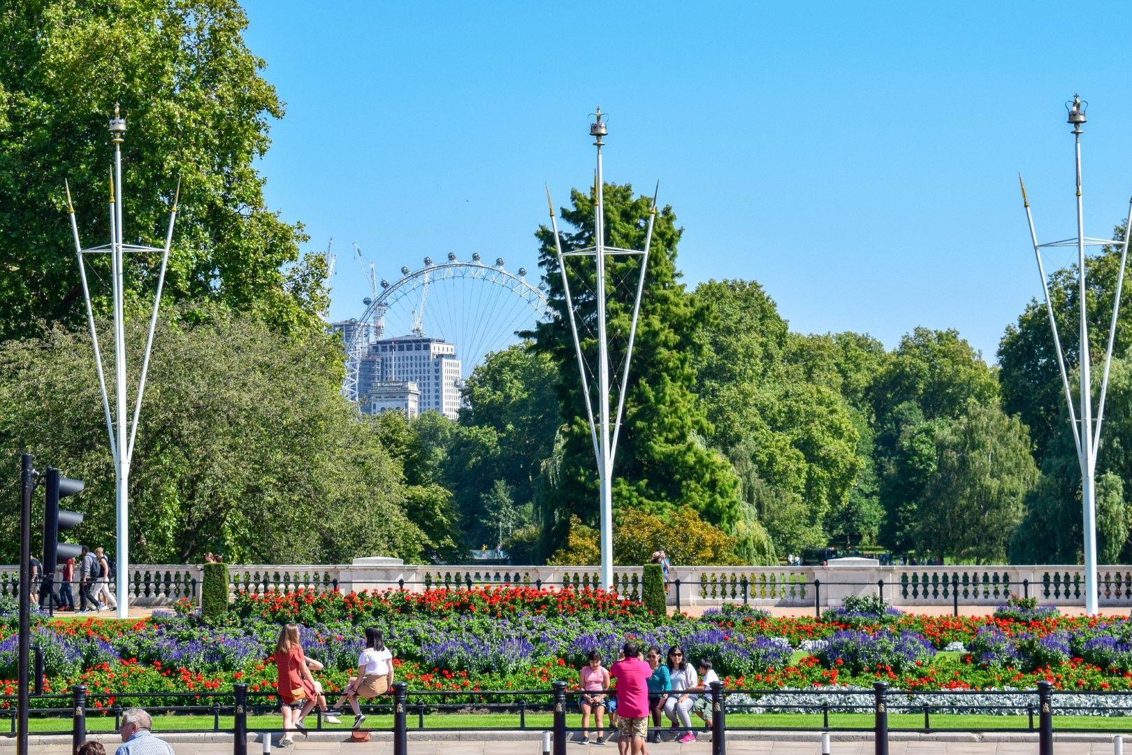 Градините на Бъкингамския дворец с Лондонското око в далечината