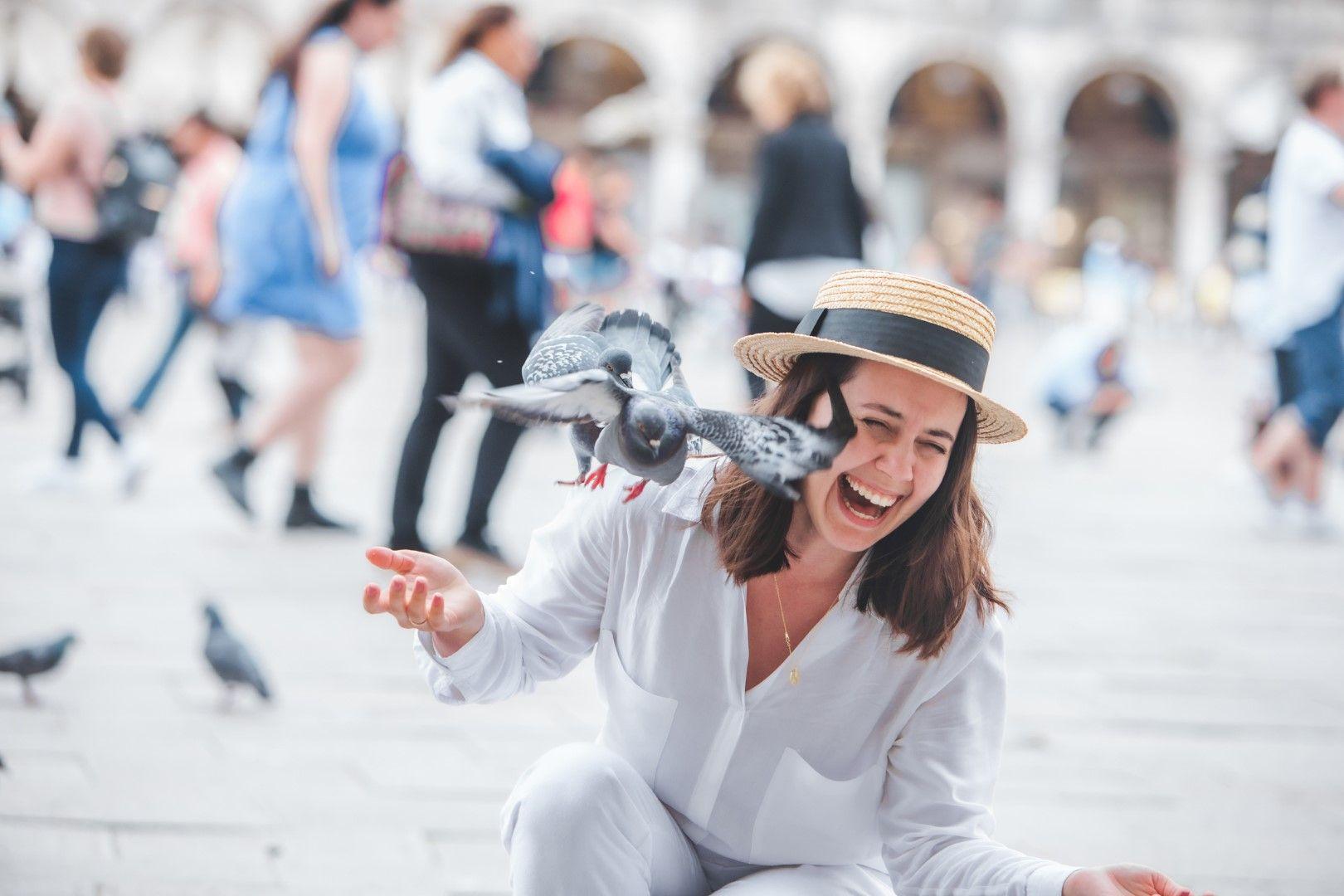 Туристите продължават скришно да хранят гълъбите и днес