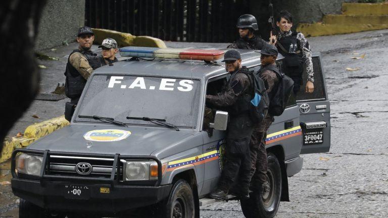Каракас пламна в битката между полицията и бандите: десетки са жертвите