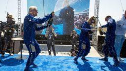 Милиардерът Ричард Брансън приключи успешно космическия си полет (снимки/видео)