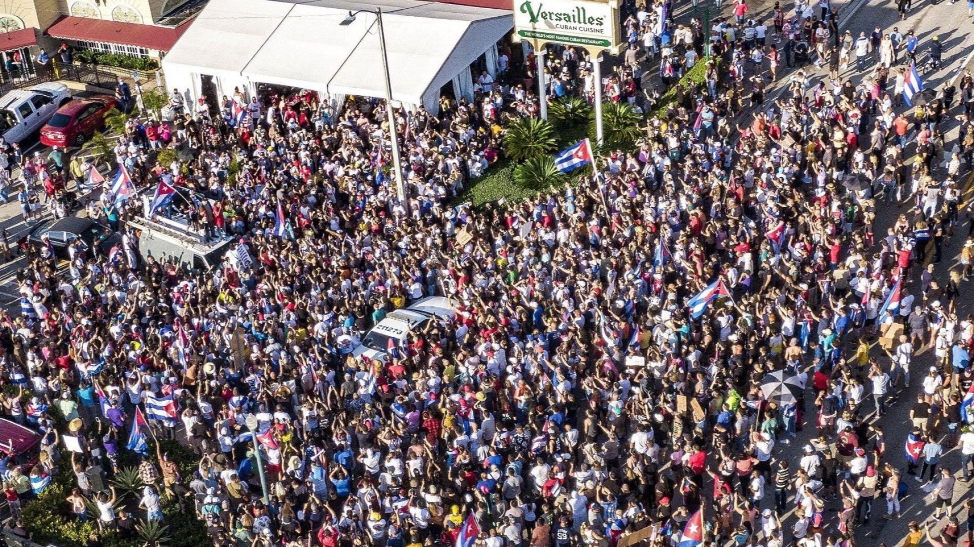 Подкрепа за кубинците и в Малката Хавана - в Маями - множество от хора пред ресторант Версайл