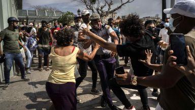 """Хиляди хора протестираха """"против"""" и """"за"""" комунистическата власт в Куба"""