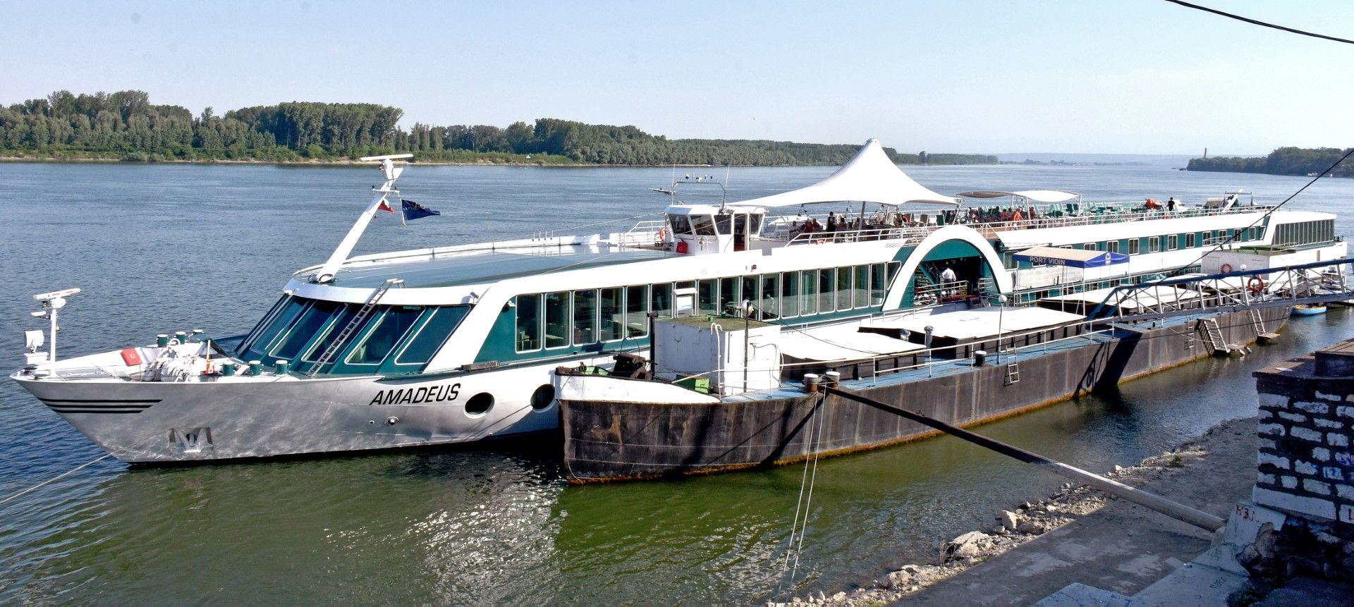 """Корабът """"Амадеус"""" отплава от пристанището във Видин"""
