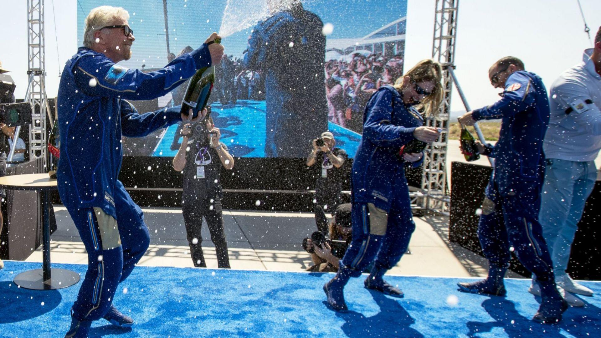 Ричард Брансън организира ефектно шоу в пустинята за полета си до космоса