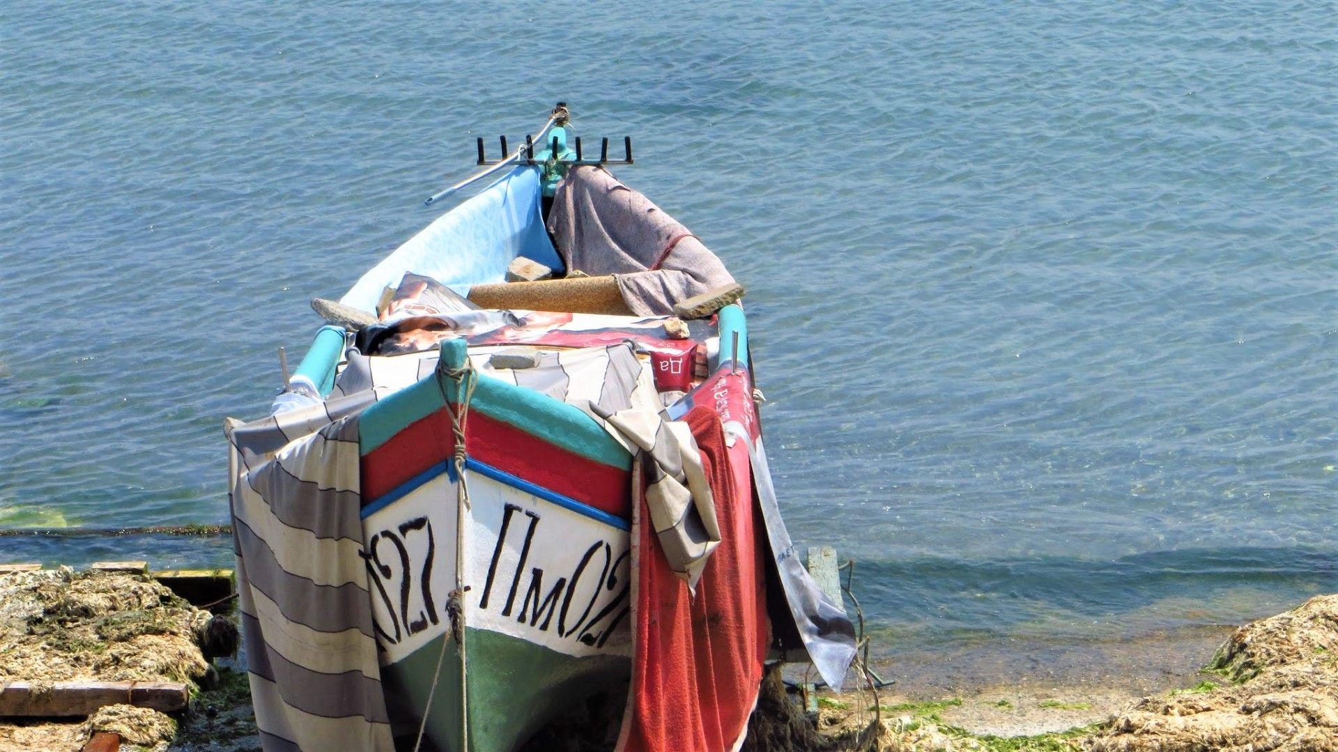 Лодка на поморийския бряг