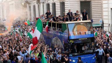 Шампионите при президент и премиер, позволиха парад по улиците на Рим (Снимки)