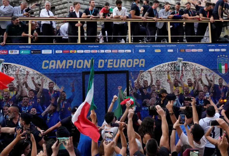Тимът тръгна из улиците на Рим в открит автобус с подобаващия надпис: Шампиони на Европа