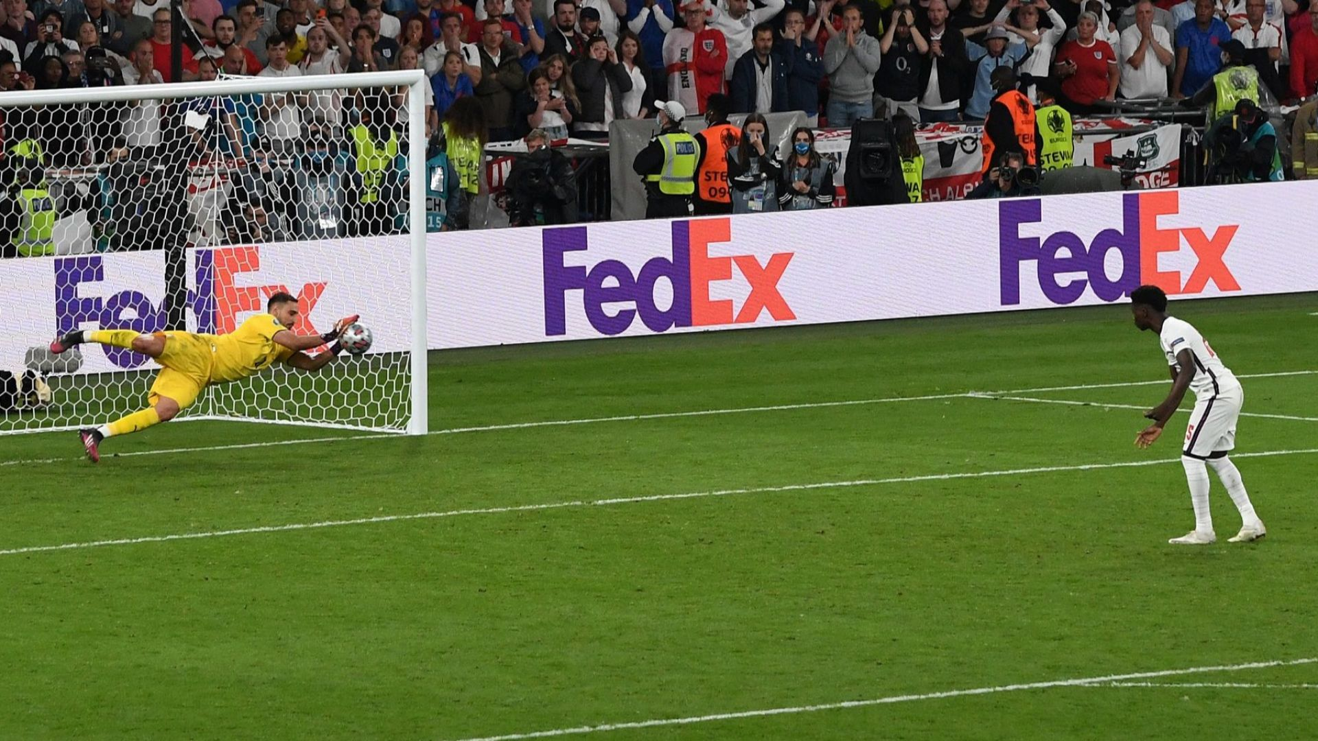 Портсмут изгони трима играчи заради обиди към английските национали