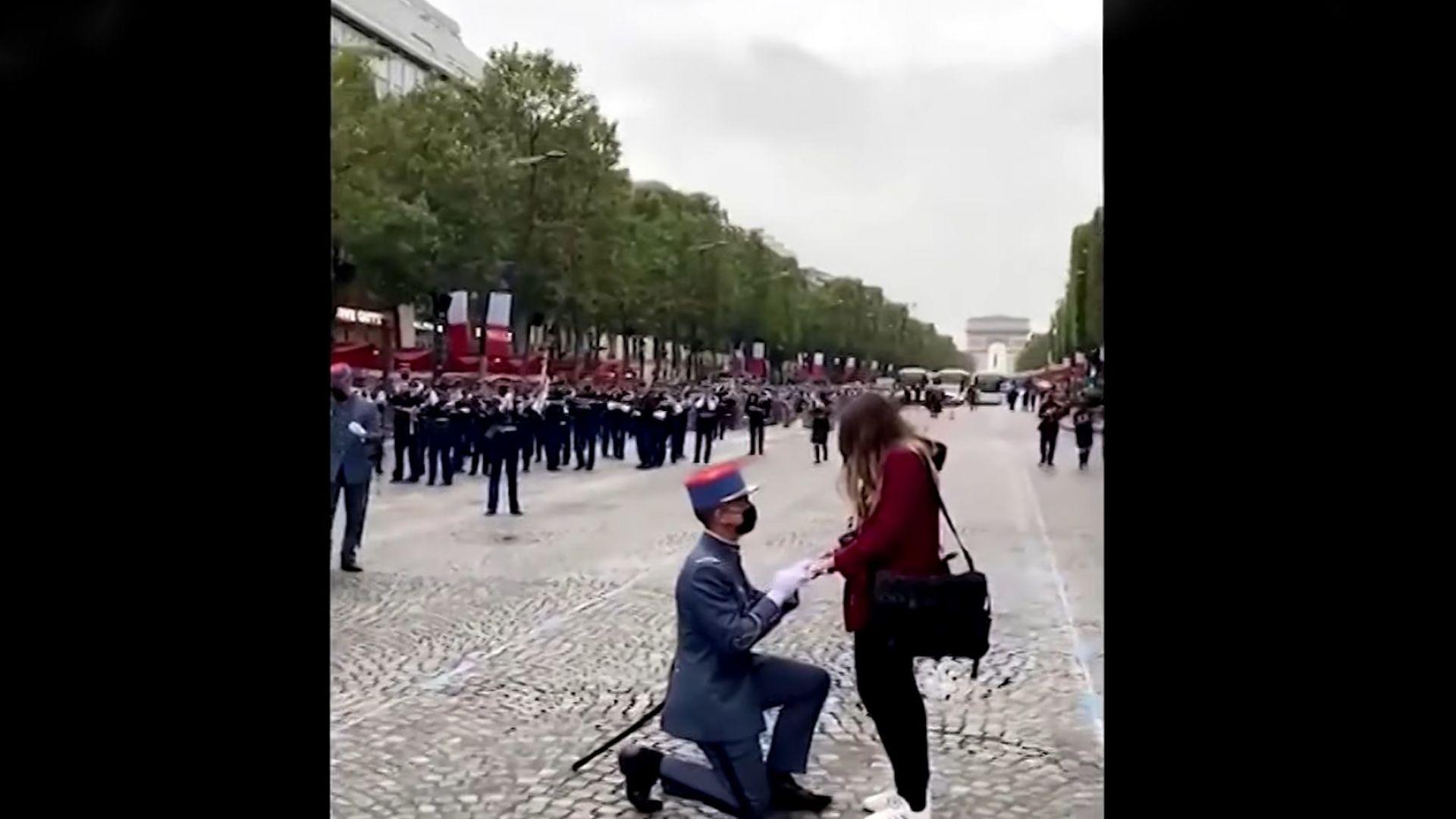 """Войник направи предложение за брак на """"Шан-з-Елизе"""" минути преди началото на парада"""