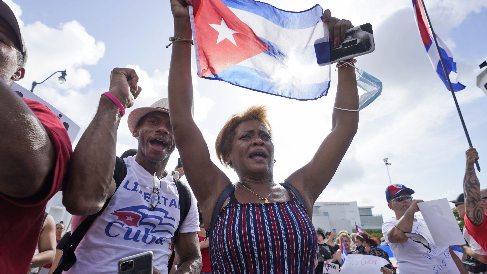 След 3 дни протести: Пуснаха мобилния нет в Куба, но няма достъп до социалните мрежи