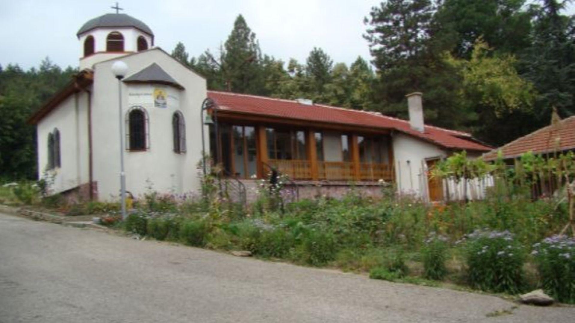 Манастир с лековито аязмо в Русенско привлича румънски поклонници