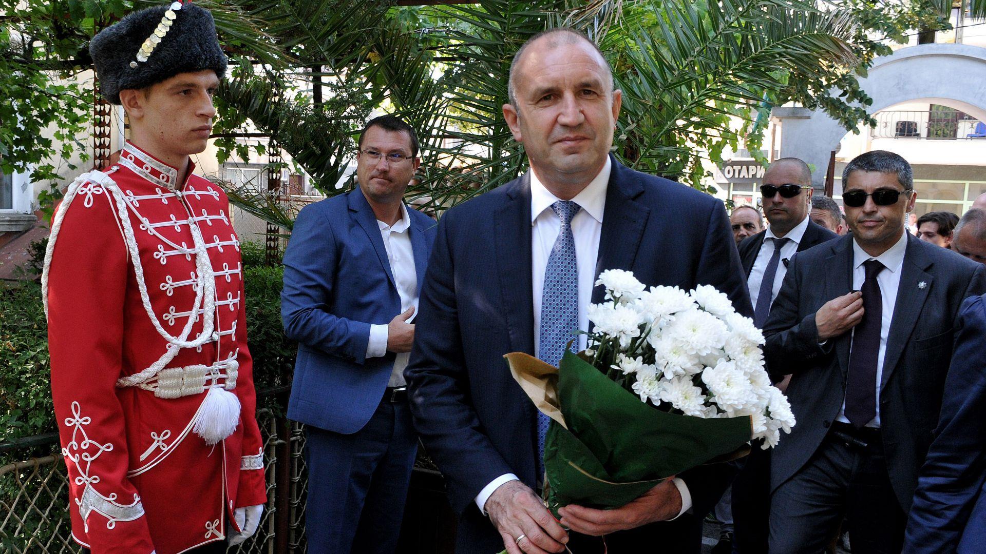 Радев пред паметник на Левски: Партиите да се замислят за заветите на Апостола (снимки)