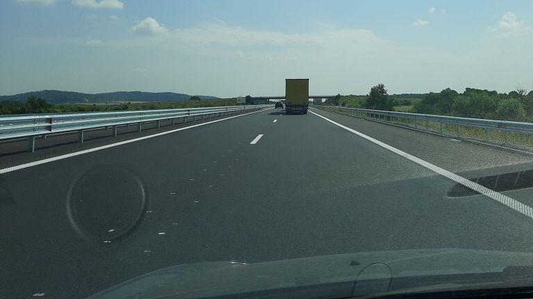 Хоризонталната маркировка, положена в ремонтирания участък на автомагистрала