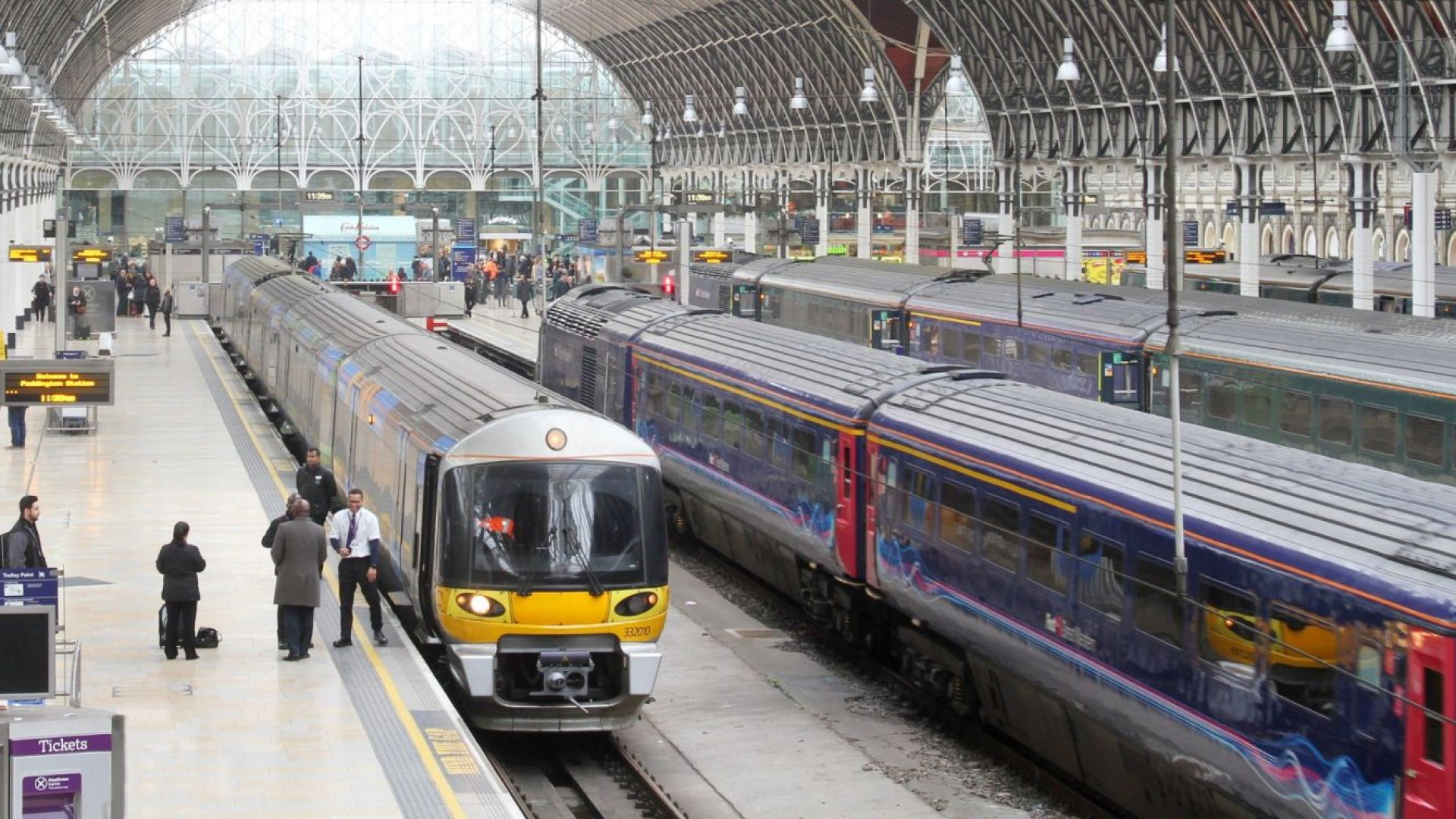 Кибератака спря машините за билети на британската железопътна компания
