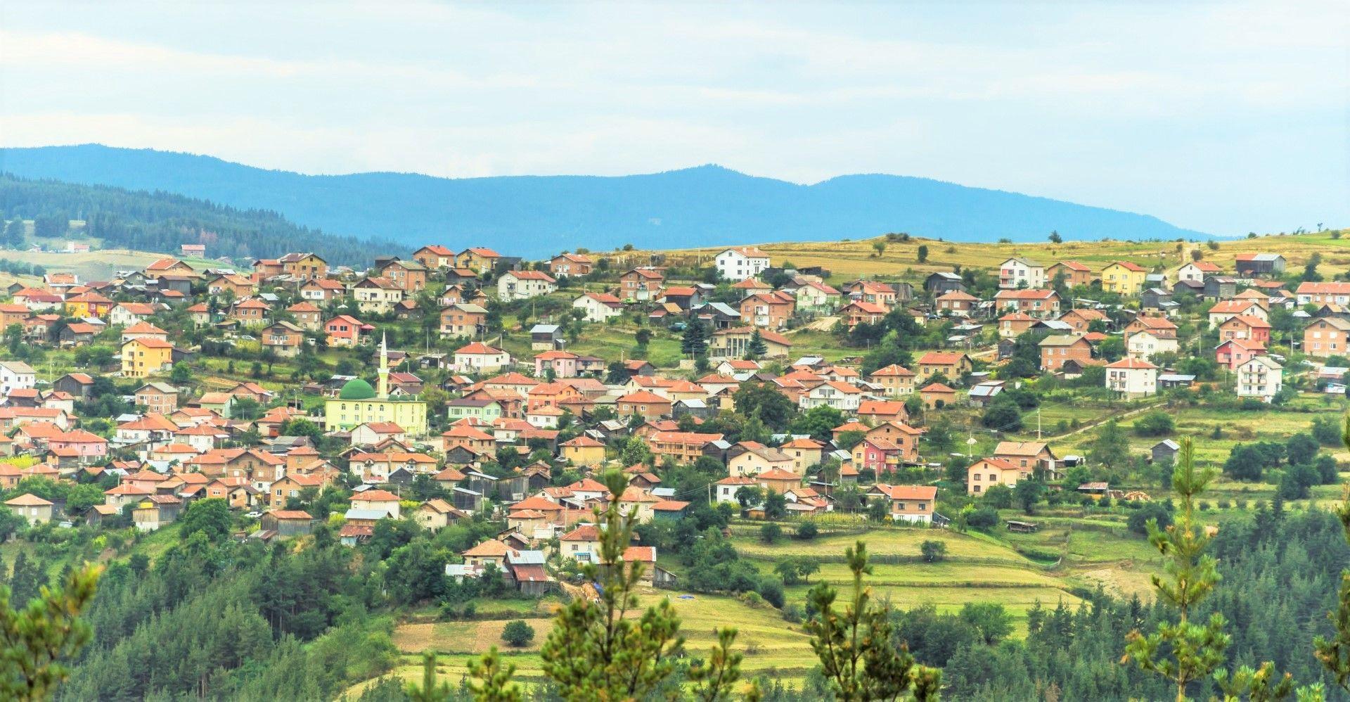 Гледка към родопските села от Пашови скали край Юндола