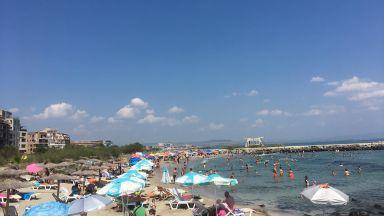 Битка за места на плажа в Поморие, в 7 часа чадърите и шезлонгите вече са заети (снимки)