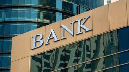 """Банковият офис остава """"без пари"""""""
