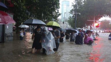 Потопи и в Китай: реки преляха, завод експлодира, десетки градове са наводнени (видео)
