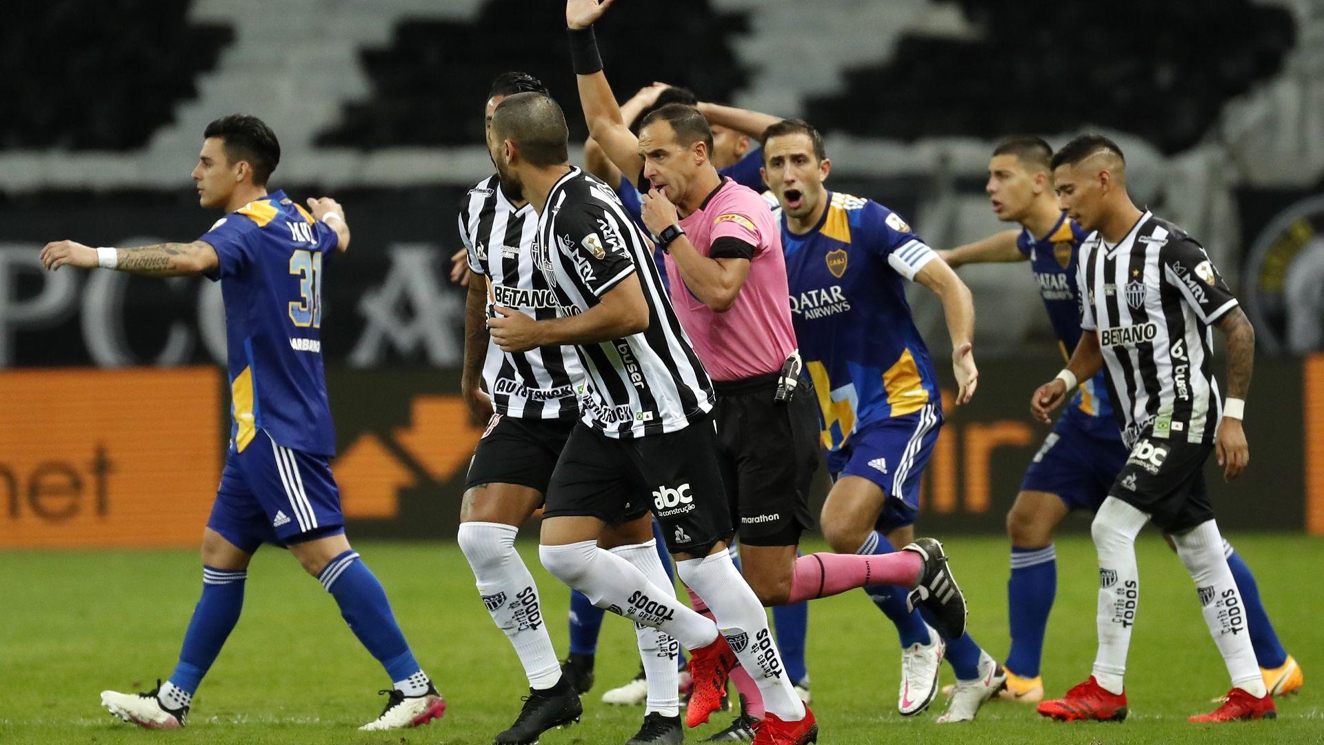 Хаос в Южна Америка: Бой, хвърчащи предмети, обгазени и арестувани играчи след мач