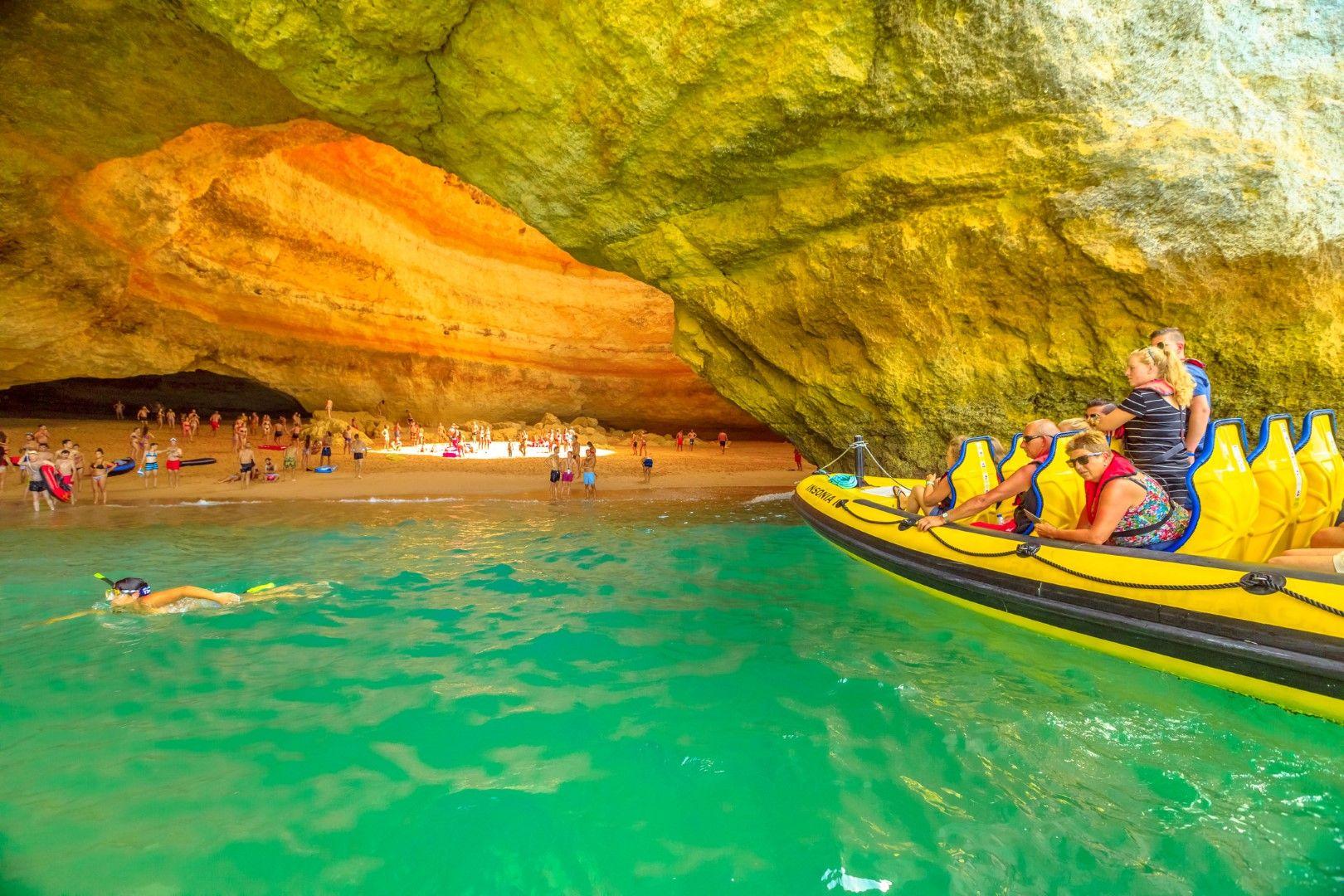 Тези, които идват с лодка, не могат да слязат на плажа в пещерата