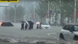Смъртоносни наводнения и в Централен Китай, 12 удавени в метрото