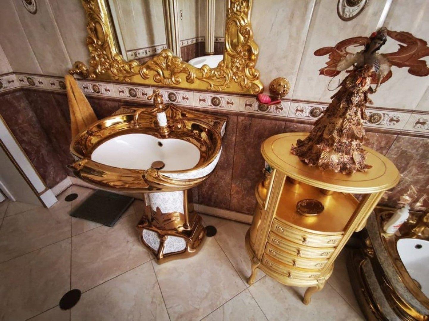 Златни мивка и тоалетна в банята
