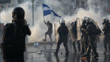 Сблъсъци в Атина: Хиляди протестираха срещу задължителните ваксини (снимки/видео)