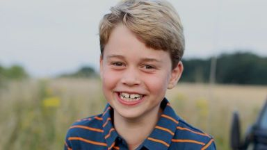 Принц Джордж на 8: Кралското семейство отбелязва празника с нова снимка