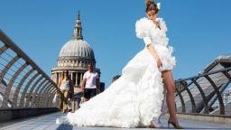 Дизайнер направи сватбена рокля от медицински маски