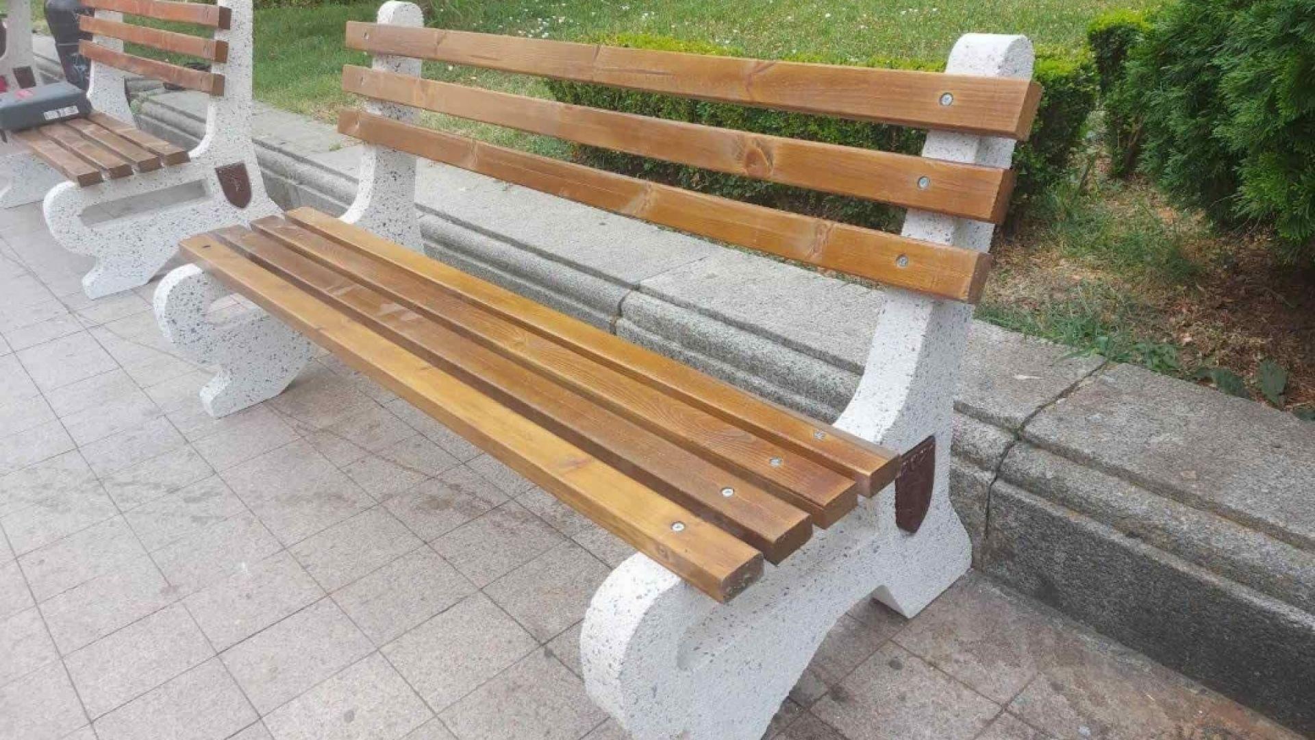 Нови бетонни пейки монтират в центъра на Русе