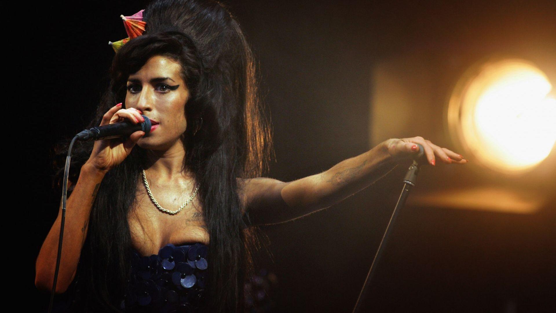 Eйми от черния Клуб 27: Лошото момиче с ангелски глас отлетя преди 10 г. Сега майка й разказва (снимки)
