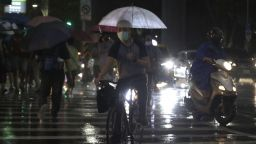 Анулирани полети заради приближаването на мощен тайфун към Китай