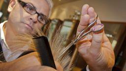 Коса за почистване на океаните - британските фризьори се включват в кампания за опазване на планетата