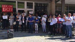 Протест пред централата на БСП поиска оставката на Корнелия Нинова