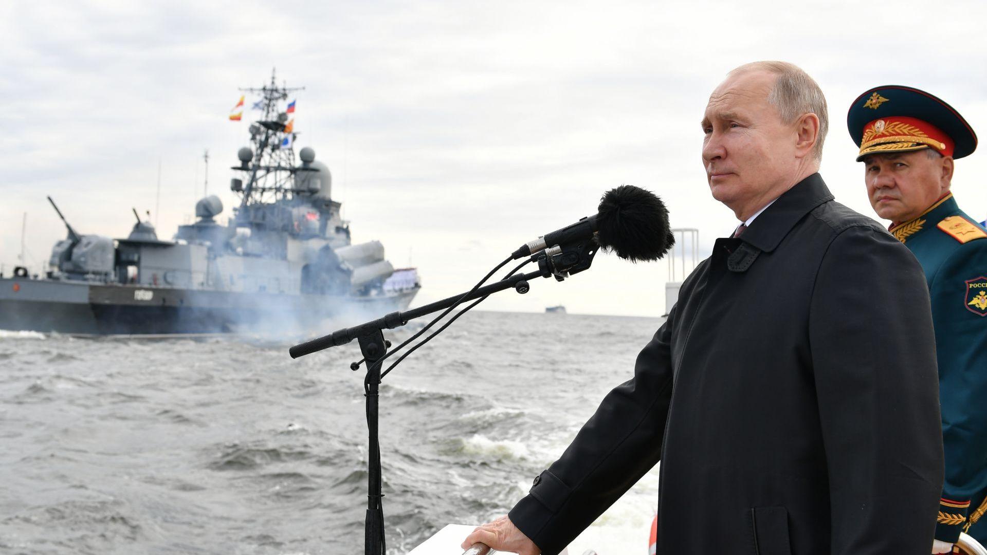 Путин на военноморския парад: Русия може да открие всякакъв противник и да му нанесе удар (снимки)