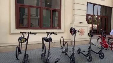Полицаите в Северна Македония се качват на тротинетки и колела (видео)