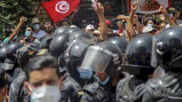 Президентът на Тунис суспендира парламента и уволни премиера