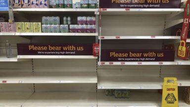 Пингдемия: Защо свършиха храните в магазините във Великобритания