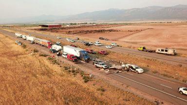 Камиони и леки коли в адско меле заради пясъчна буря в щата Юта (видео)