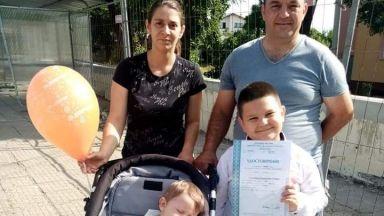 Семейство с две малки деца опитва да оцелява без ток и топла вода
