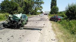 Сблъсък на ТИР с 2 коли затвори пътя София-Варна, двама загубиха живота си (снимки)