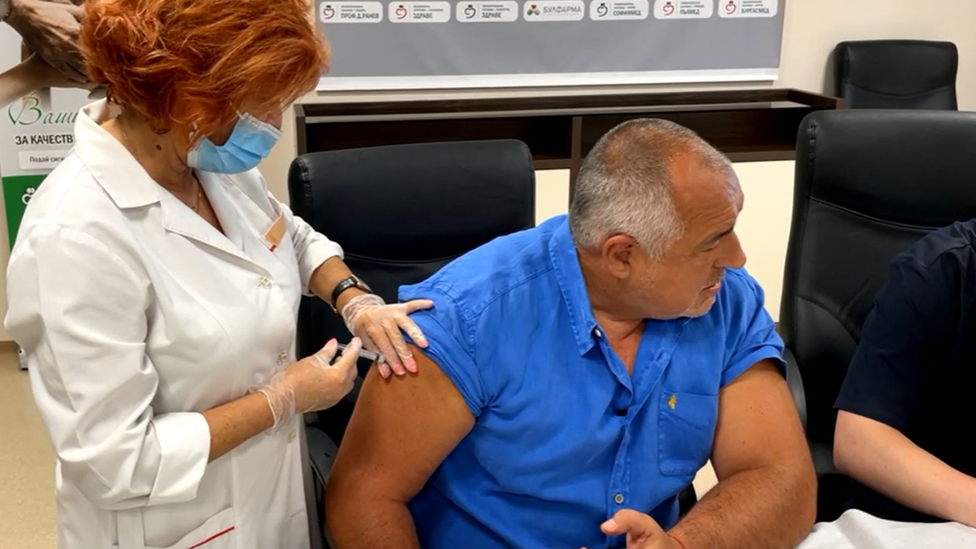 Борисов се ваксинира на живо: Ще се моля и всички, гласували за ГЕРБ, да го направят (видео)