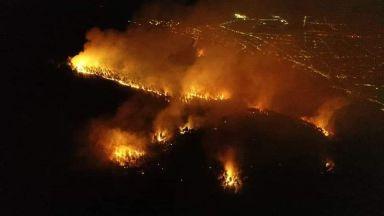Гората над Твърдица още е в пламъци, призоваха доброволци на помощ (видео)