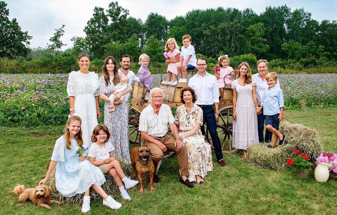 Kрал Карл ХVI Густав и съпругата му Силвия заедно с фамилията