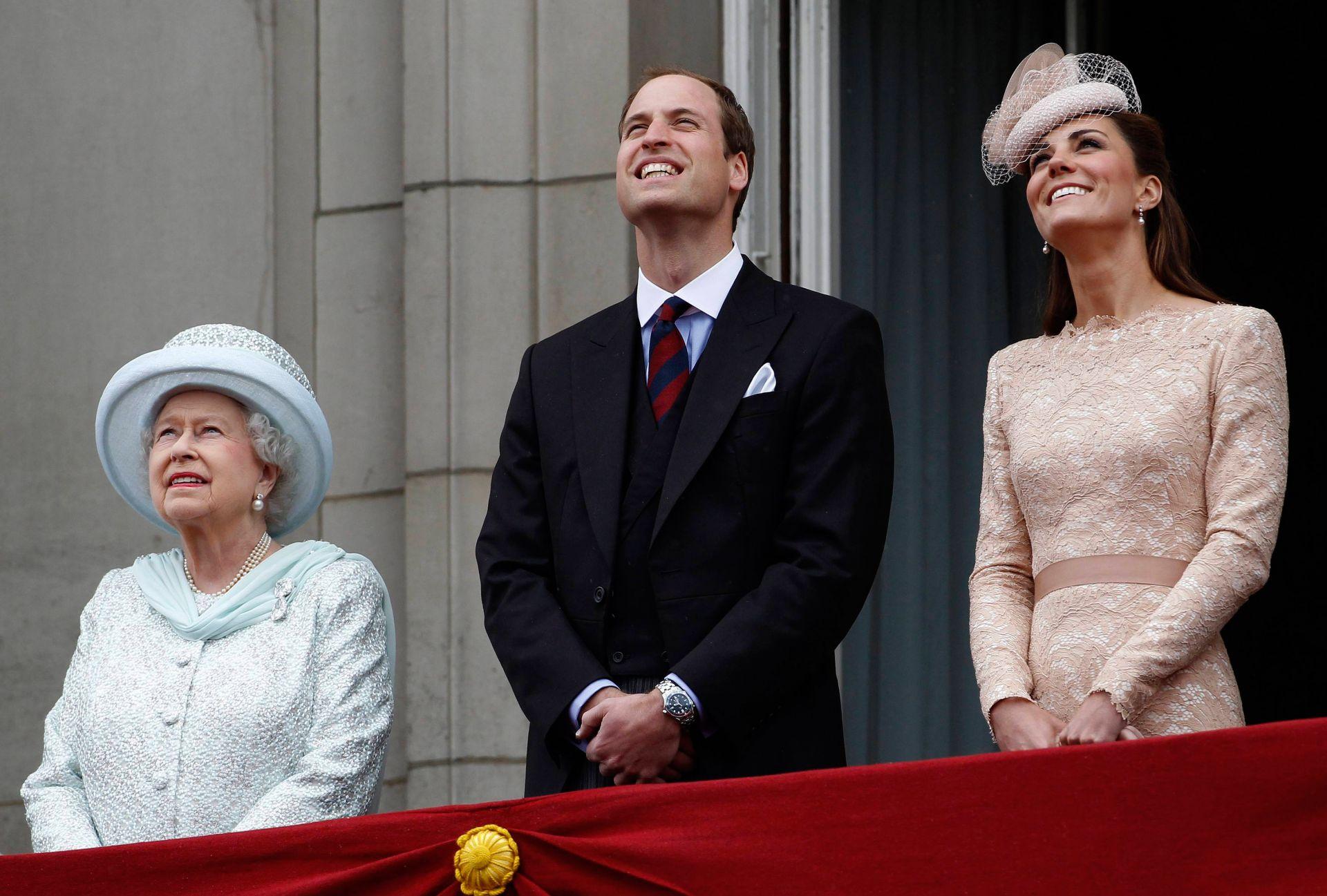Кралица Елизабет Втора, принц Уилям и Кейт Мидълтън