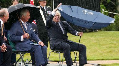 Принц Чарлз остана изумен от неумението на Борис Джонсън да се справи с чадър