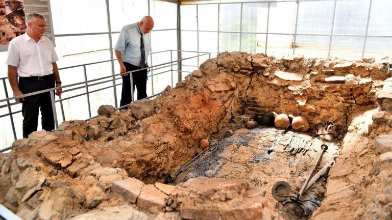 Забележителна, но тънеща в разруха, Източната могила край Караново трябва да се превърне в музей
