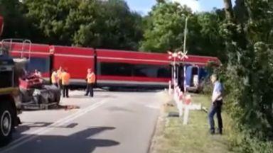 Трансграничен пътнически влак дерайлира на прелез