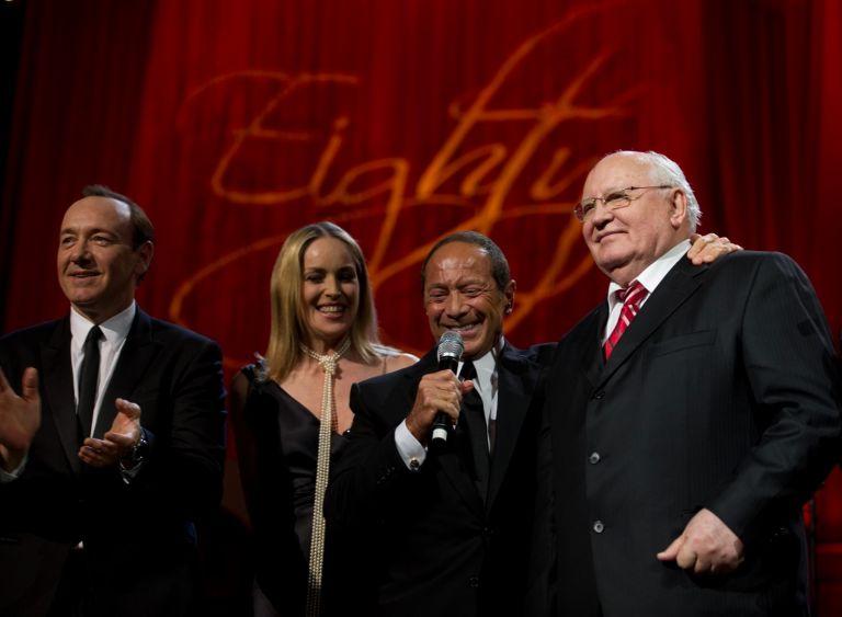 30 март 2011 г. Кевин Спейси, Шарън Стоун, Пол Анка и Михаил Горбачов на концерта в Роял Албърт Хол, посветен на 80-годишнината на бившия съветски лидер.