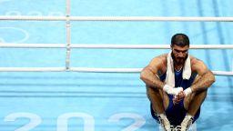 Скандален боксьор отказа да напусне ринга близо час, бесен на съдиите